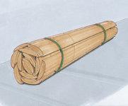 Paket med grova trästolpar och stängselstolpar säkrade med enkel bandning av godset.